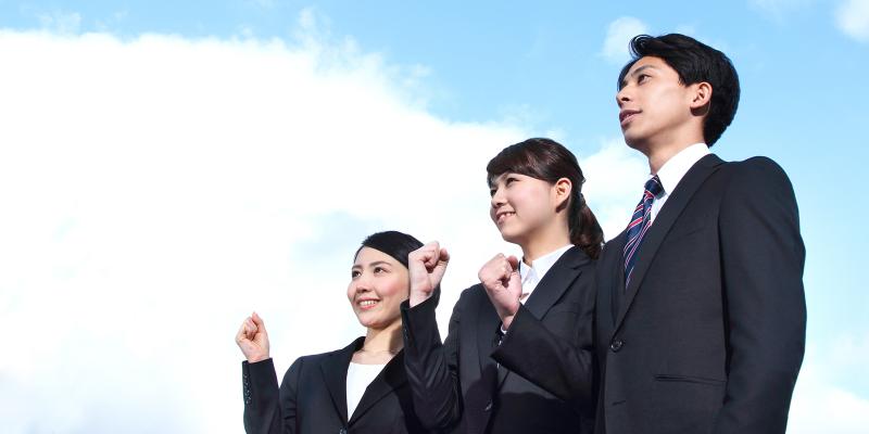 就職活動への意欲を示すような3人の若者のイメージ写真
